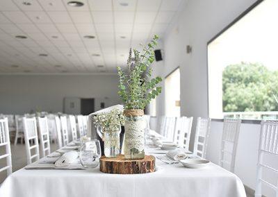 Vista del salón con detalle en la mesa